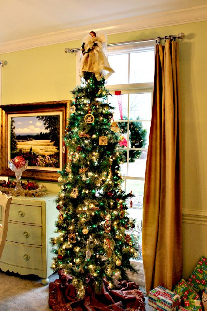 Christmas Tree Dining Room www.chathamhillonthelake.com