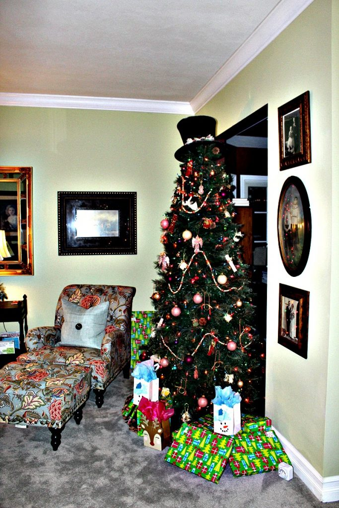 Living Room Christmas Tree at www.chathamhillonthelake.com