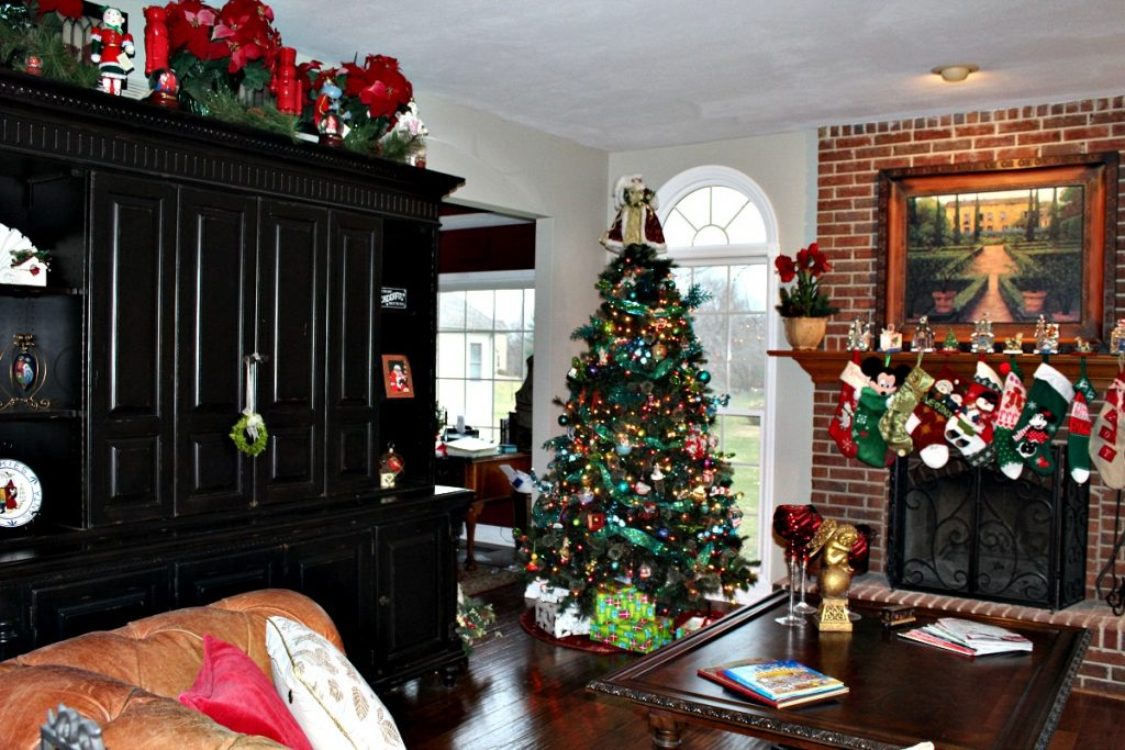 Family Room Christmas at www.chathamhillonthelake.com